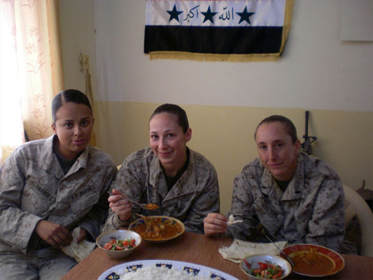 military-women-eating_540.jpg - 48340 Bytes